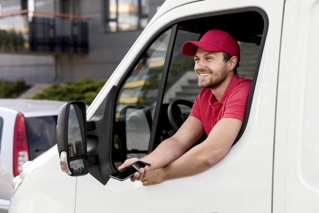 entregador-no-carro-com-celular_23-2148590721